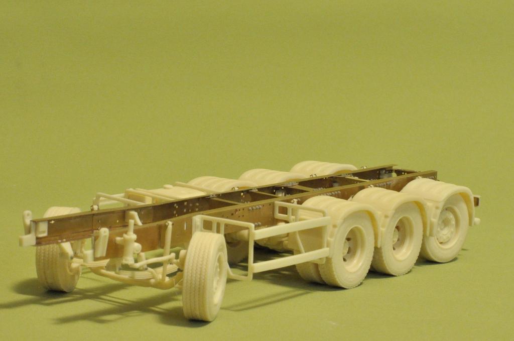 Heavy 8×4 chassis (tridem, lifting steering rear axle) – A&N Model Trucks