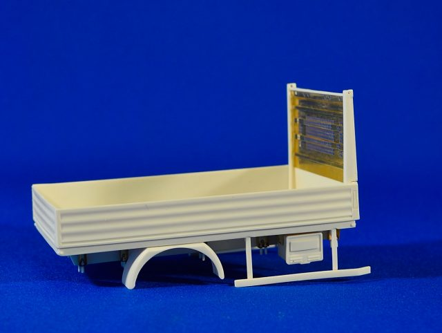 Flatbed body for small-size trucks